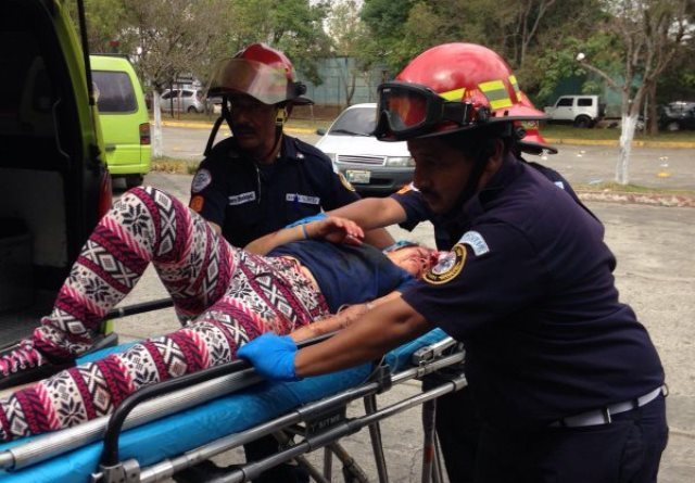 Bremedyn Figueroa fue trasladada al Hospital Roosevelt por los socorristas. (Foto Prensa Libre: CBM)