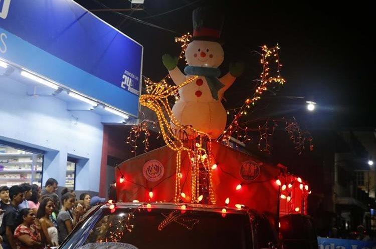 Coloridas carrozas aportaron el ambiente navideño en el desfile. (Foto Prensa Libre: Rolando Miranda)