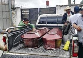 Familiares de las víctimas esperan en las afueras de la morgue, en Jalapa. (Foto Prensa Libre: Hugo Oliva)