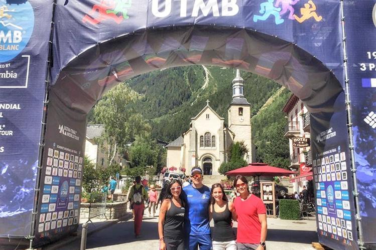 Sarmiento (Azul) en la meta del Ultra Trail du Mont Blanc UTMB. (Foto Prensa Libre: Facebook Charlie Sarmiento)