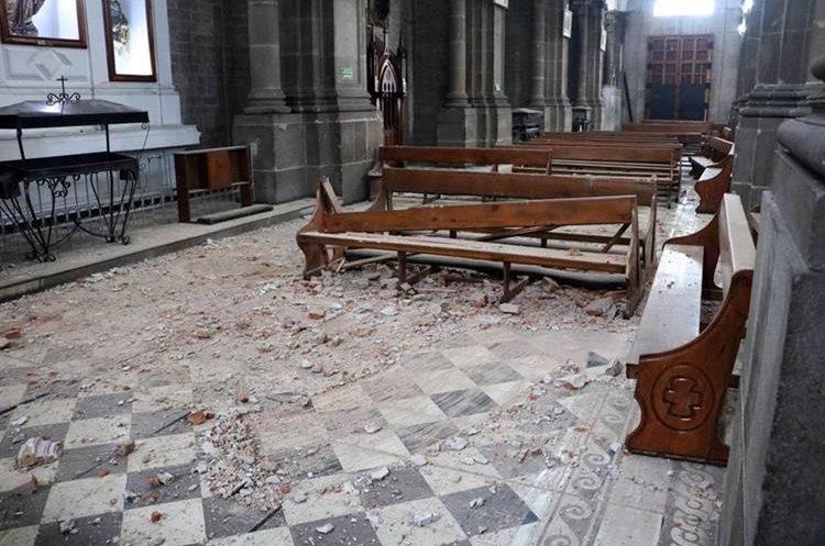 La Catedral del Espíritu Santo de la Ciudad de Quetzaltenango presenta serios daños por el temblor. (Foto Prensa Libre: Carlos Ventura)