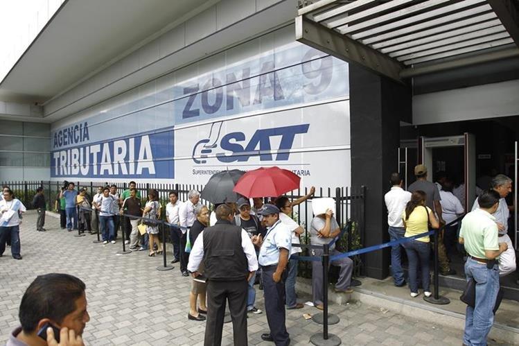 La prestación de servicios tanto en el sistema electrónico como presenciales no se pudieron brindar este lunes en la SAT, debido a fallas en el sistema. (Foto, Prensa Libre: Hemeroteca PL)