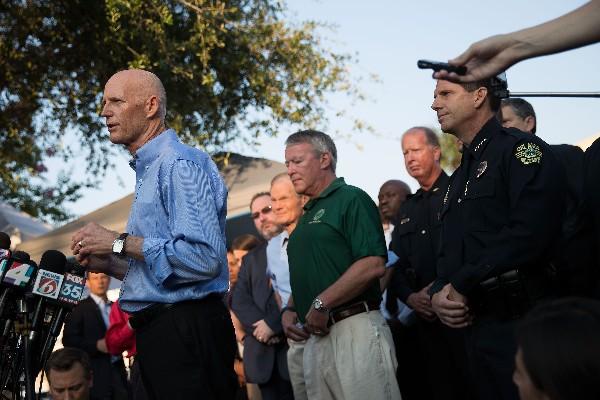 El gobernador de Florida, Rick Scott (i), habla sobre las investigaciones de la matanza en Orlando. (Foto Prensa Libre:AFP).