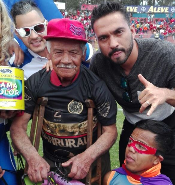 Higinio Quintana comparte con Kamiani Félix, quien le regala sus zapatos. (Foto Prensa Libre: Carlos Vicente)