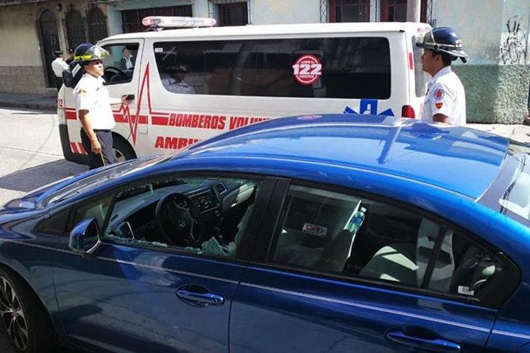 Vehículo localizado en el lugar de donde fue trasladada la mujer que falleció a su ingreso al hospital. (Foto Prensa Libre: Estuardo Paredes).
