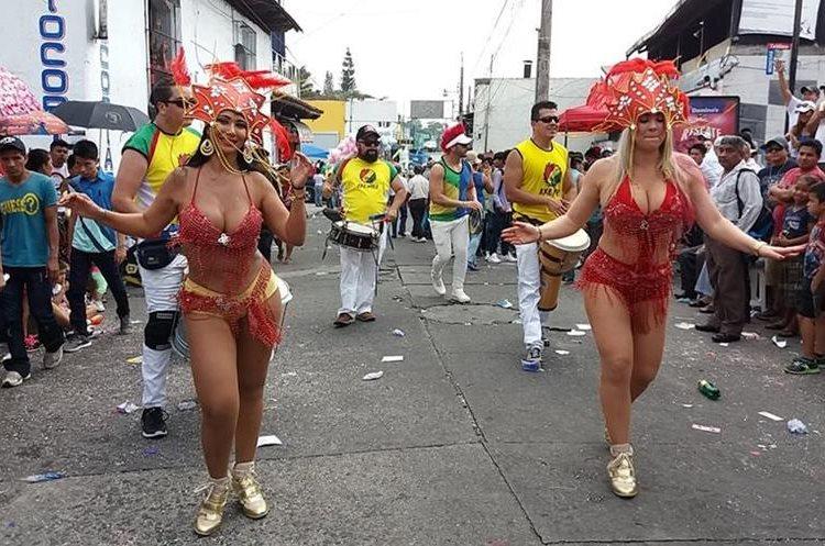 Varias modelos nacionales y extranjeras participaron en el carnaval. Bailaron al ritmo de samba, cumbia y sonidos tradicionales del día.