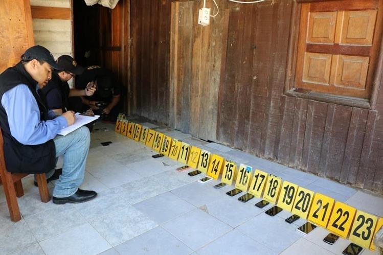 Peritos del MP contabilizan todos los teléfonos localizados en las pesquisas.(Foto Prensa Libre: Rigoberto Escobar)