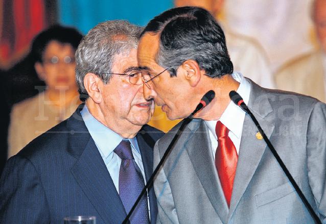 El vicepresidente Rafael Espada le habla al oído al presidente Álvaro Colom durante la conferencia de prensa en la que dió a conocer la existencia de aparatos de espionaje en sus oficinas en Septiembre de 2008. (Foto: Hemeroteca PL)