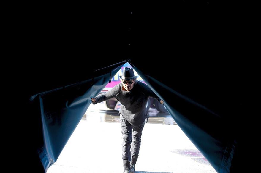 Ricardo Arjona lanza Ella, el primer sencillo de su disco Circo Soledad