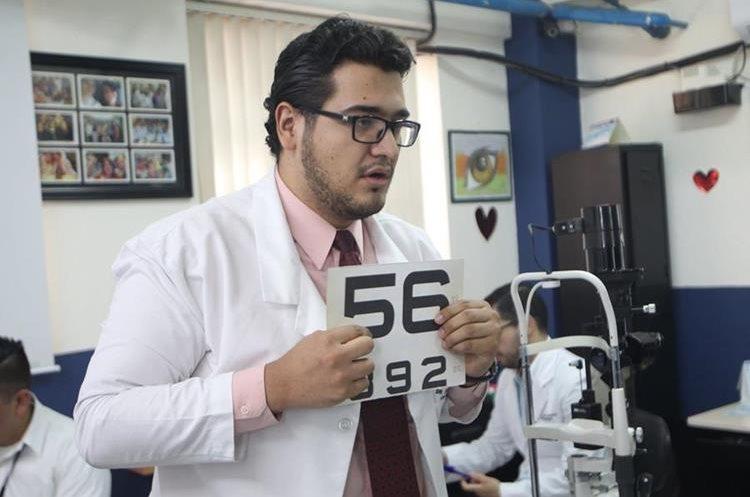 Un doctor práctica un examen básico a paciente para descartar problemas de visión (Foto Prensa Libre: Erick Ávila)