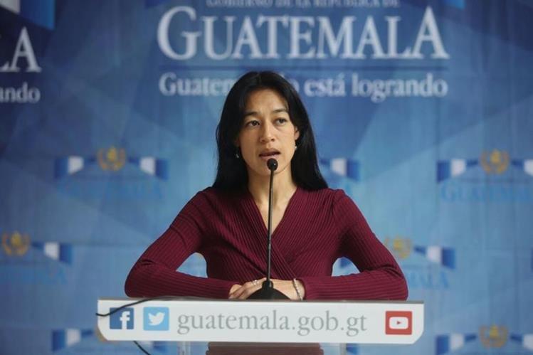 Ministra de Salud, Lucrecia Hernández Mack, da declaraciones a la prensa al finalizar la reunión de gabinete. (Foto Prensa Libre: Oscar Rivas)