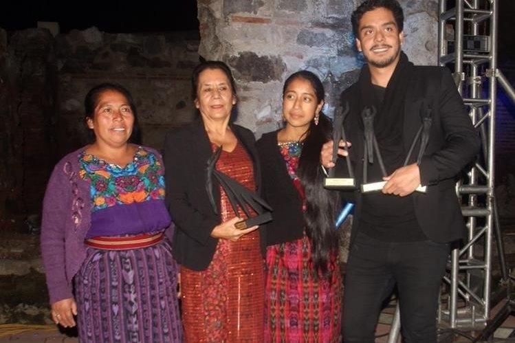 María Telón, Marina Peralta, Jayro Bustamante y María Mercedes Coroy, recibieron los premios Ícaro, con los que Ixcanul suma 35 galardones en festivales de cine. (Foto Prensa Libre: Miguel López)