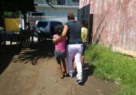 Tres de los menores rescatados en la cabecera de Retalhuleu. (Foto Prensa Libre: Rolando Miranda).