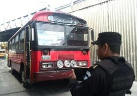El piloto de la ruta 21 resultó herido luego que presuntos pandilleros atacaron la unidad en la zona 19 capitaliana. (Foto Prensa Libre: É. Ávila)