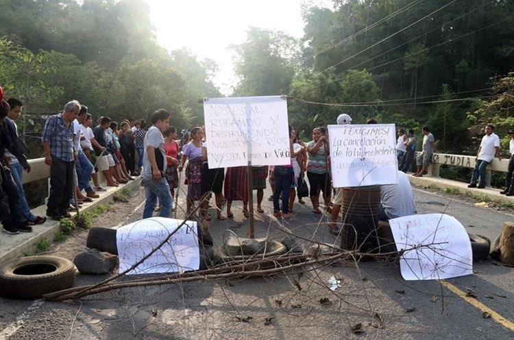 La protesta ha afectado el tránsito vehicular en el sector. (Foto Prensa Libre: Rolando Miranda)