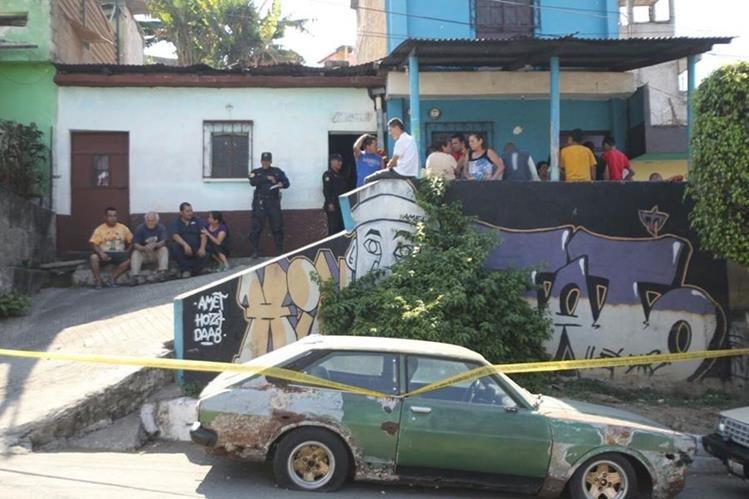 Dos hombres fueron ultimados dentro de una vivienda en la zona 18 capitalina. (Foto Prensa Libre: Erick Ávila)