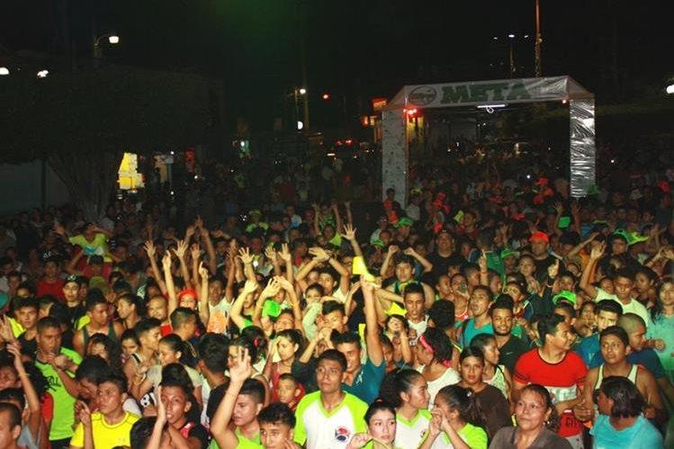 Algunos de los atletas que participaron en la carrera en Sanarate. (Foto Prensa Libre: Héctor Contreras).