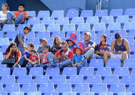Pocos aficionados presenciaron el duelo de Municipal contra Cobán, en el estadio Doroteo Guamuch Flores. (Foto Prensa Libre: Francisco Sánchez).