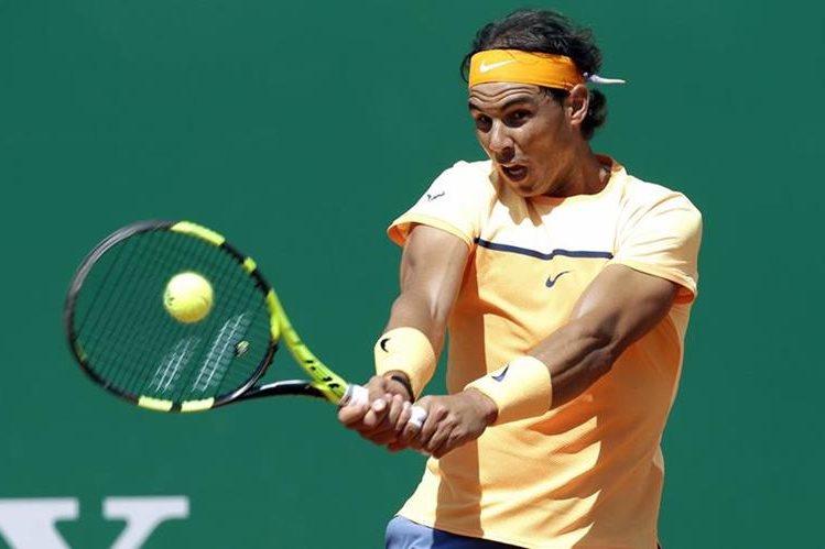 Rafael Nadal devuelve una pelota durante el juego de hoy. (Foto Prensa Libre: AP)