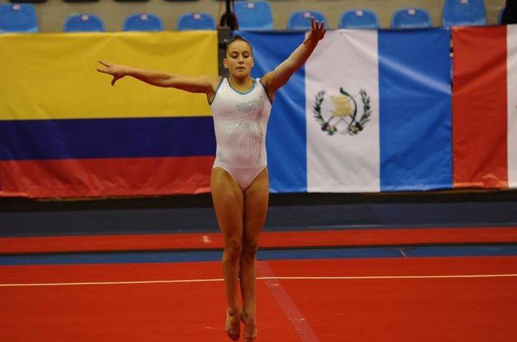 Marcela Bonifasi cumple con la rutina de piso durante el entrenamiento oficial en el Teodoro Palacios Flores.