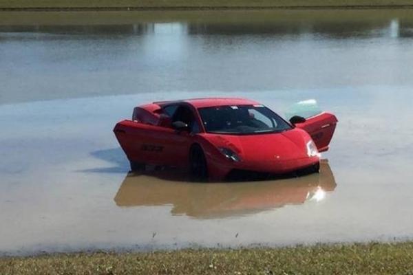 <p>El piloto de un Lamborghini Gallardo pierde el control sumergiendo el vehículo en un lago. (Foto Prensa Libre: Youtube)<br></p>