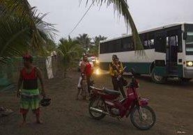 Los residentes de Boca de Pascuales, Estado de Colima, se preparan para ser evacuados, antes de la llegada del huracán Patricia. (Foto Prensa Libre: AFP)