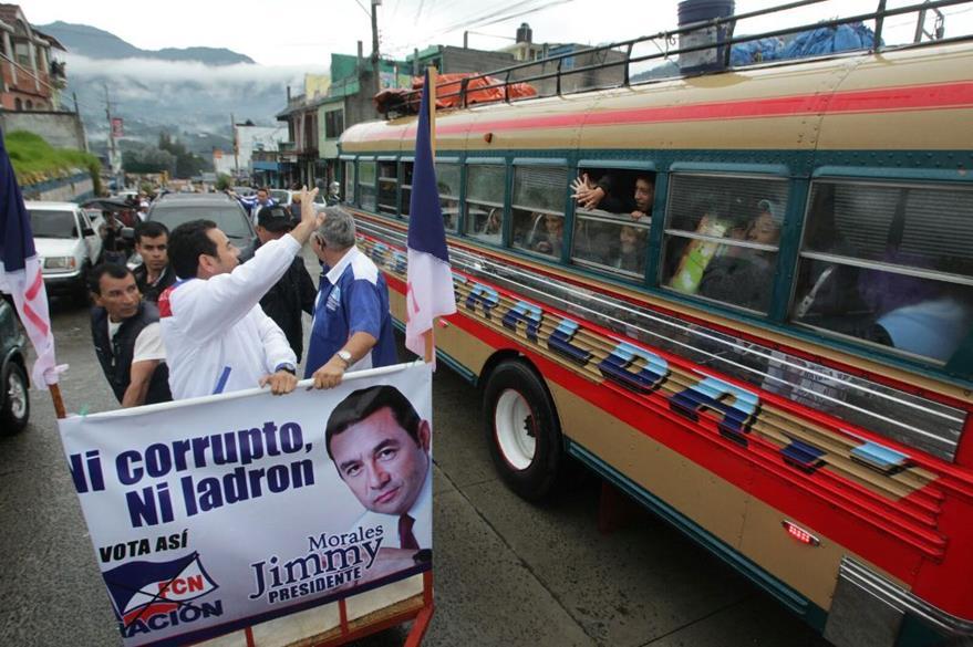 Jimmy Morales, saludó a diferentes guatemaltecos, durante su visita en San Marcos. (Foto Prensa Libre: Álvaro Interiano)