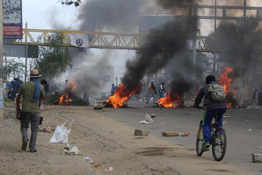 Los choques entre maestros y la Policía se prolongaron hasta la entrada de la noche. (Foto Prensa Libre: AP).