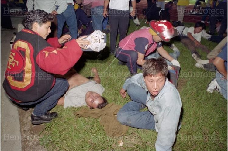 Varios aficionados que fueron rescatados por bomberos y otras personas luego que se produjera una avalancha humana donde perdieron la vida 83  personas al derribar una puerta de acceso de la General Sur. (Foto: Hemeroteca PL)