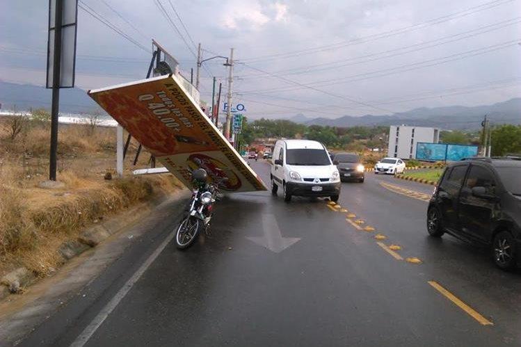 El tránsito en carretera tuvo demoras por la caída de avisos publicitarios. (Foto Prensa Libre: Edwin Paxtor)