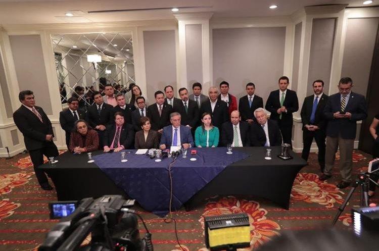 Los integrantes de la planilla alternativa fueron acompañados por otros integrantes de las bancadas que conformaron la alianza. (Foto Prensa Libre: Álvaro Interiano).