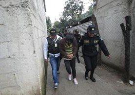Las fuerzas de seguridad realizan allanamientos en varios departamentos del país. (Foto Prensa Libre: Erick Ávila)