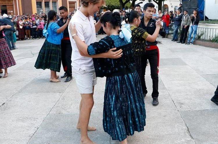 Algunos turistas extranjeros se unieron a la celebración del Día de la Marimba. (Foto Prensa Libre: Eduardo Sam)