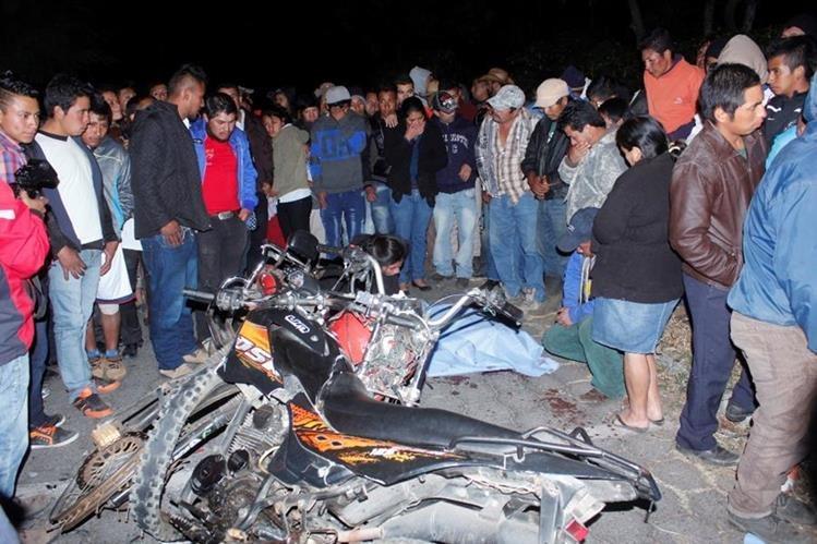 Familiares, amigos y vecinos observan la forma en que quedaron las motocicletas y las víctimas, en Acatenango. (Foto Prensa Libre: Víctor Chamalé)