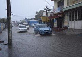 Una de las calles de Puerto San José afectada por las fuertes lluvias. (Foto Prensa Libre: Enrique Paredes).