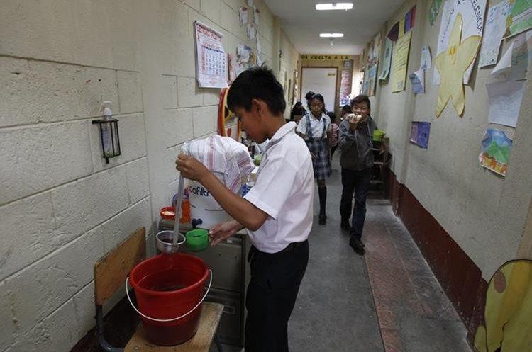 En la escuela de San Cristóbal El Bajo los estudiantes reutilizan productos de plástico.