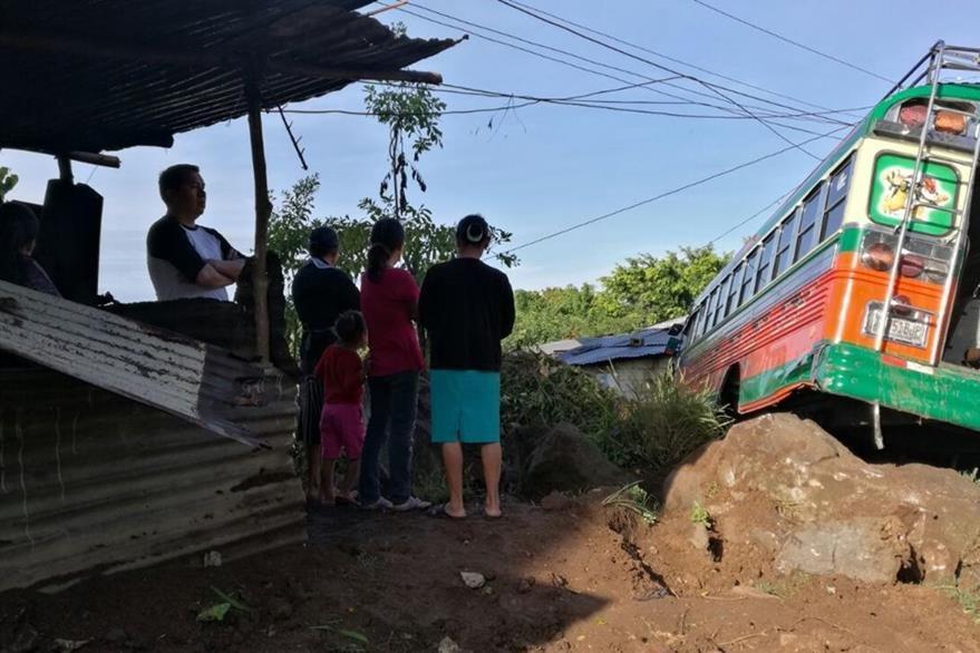 Vecinos de Barberena, Santa Rosa, se alarmaron debido al accidente de un autobús. (Foto Prensa Libre: Oswaldo Cardona)