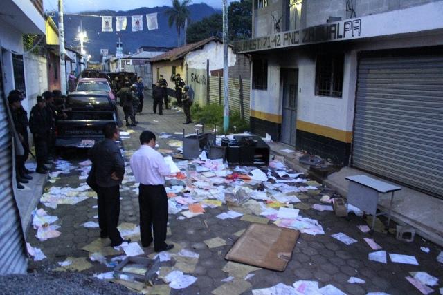 Sede de la PNC en Zacualpa, Quiché, fue incendiada por turba inconforme con el resultado de las elecciones municipales, en septiembre del 2011. (Foto Prensa Libre: Óscar Figueroa)
