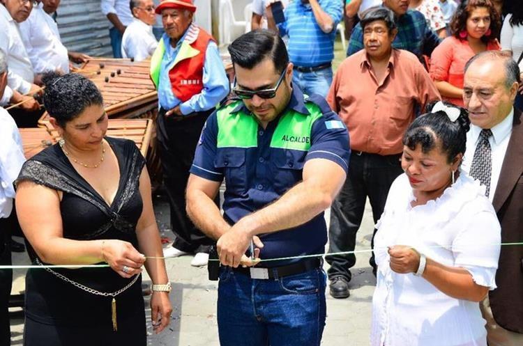 Neto Bran, alcalde de Mixco, corta la cinta durante la inauguración de la calle adoquinada en Lo De Coy. (Foto Prensa Libre: Mixco)