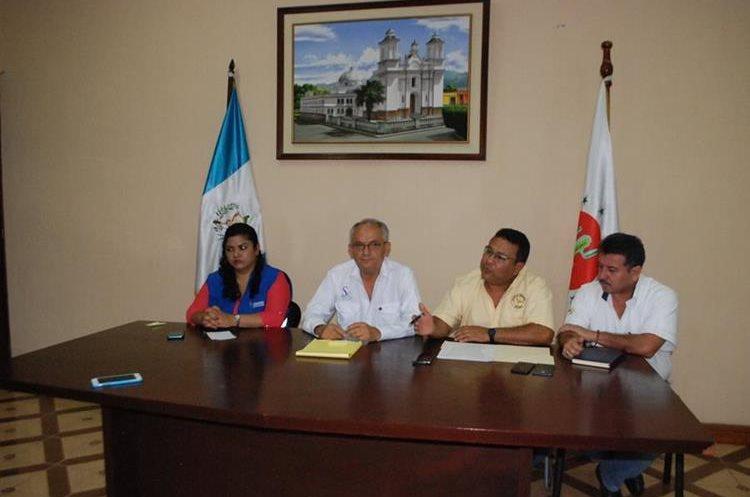 Autoridades de Salud, gobernador y de la PDH anuncian que se declaró alerta naranja en el Hospital Regional de Zacapa debido a la aparición de dos bacterias. (Foto Prensa Libre: Mario Morales)