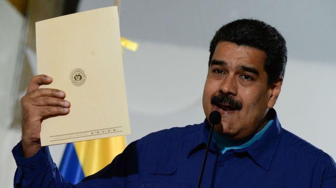 El presidente Nicolás Maduro dice que implementará el acuerdo que la oposición rechaza por considerarlo insuficiente. AFP
