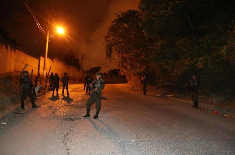 Elementos del Ejército resguardan el ingreso de la cárcel en compañía de guardias penitenciario. (Foto Prensa Libre: Antonio Jiménez)