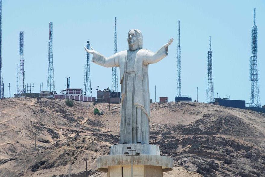 La estatua se se encuentra instalada en una colina de Lima, capital de Perú. (Foto Prensa Libre: AFP)