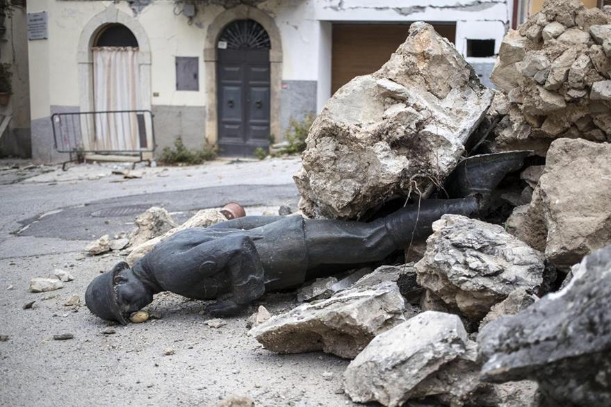 Una estatua que representa a un soldado permanece enterrada entre los escombros tras el terremoto que afectó San Pellegrino di Norcia, Italia. (Foto Prensa Libre: EFE).