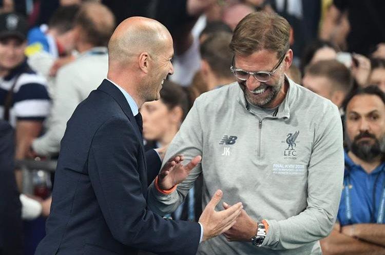 Zinedine Zidane y Jurgen Klopp se saludan al concluir la final de la Champions League. (Foto Prensa Libre: AFP)