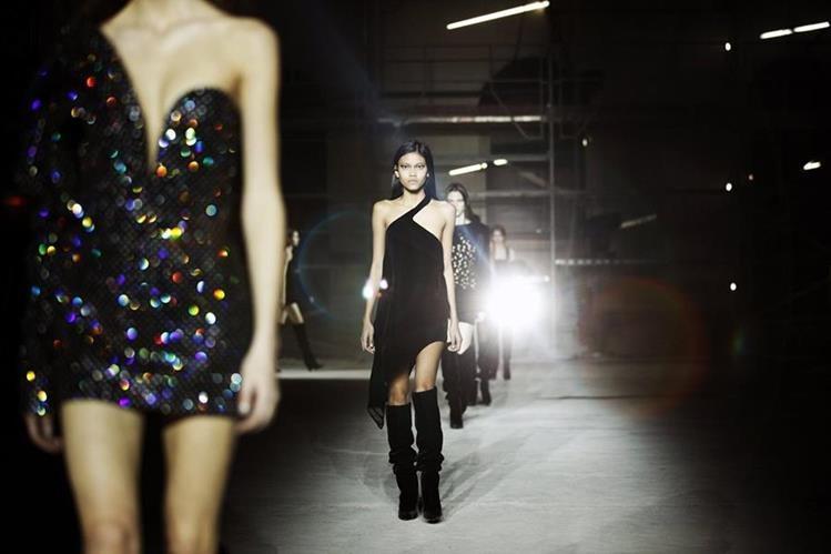 Modelos lucen prendas de la colección Ready to Wear Otoño/Invierno 2017/18, del diseñador belga Anthony Vaccarello para Yves Saint Laurent. (Fotos Prensa Libre, EFE y AFP)