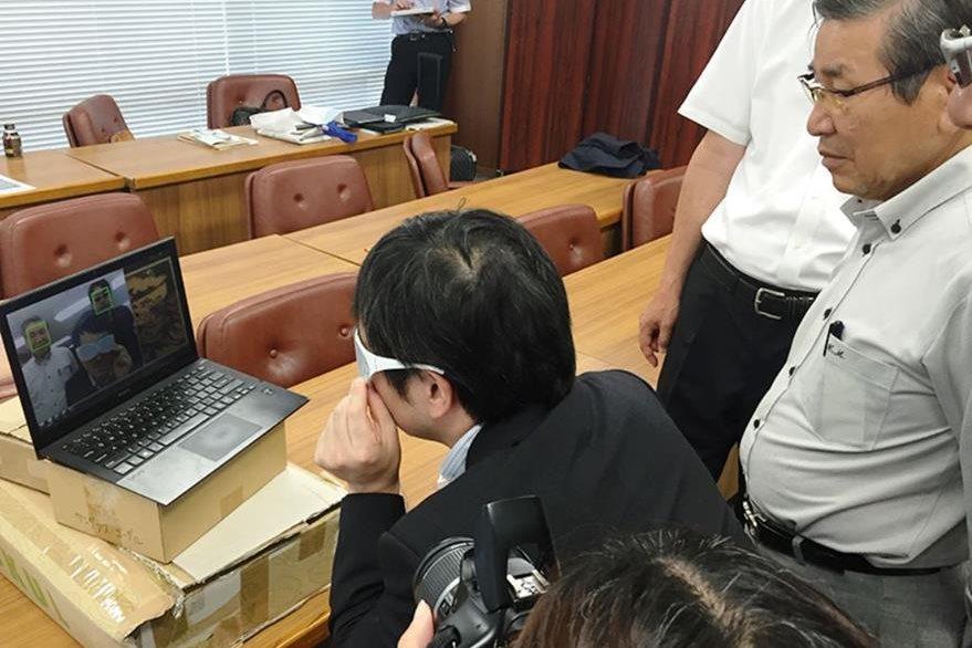 Expertos del Innstituto Nacional de Informática de Japón prueban las gafas PrivacyVisor. (Foto Prensa Libre: Tomada de facebook.com/jouhouken)