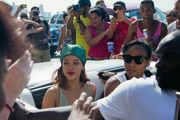 Los seguidores de Rihanna rodean un automóvil clásico en el que se transportó la cantante y actriz, hacia el Malecón, en La Habana, Cuba, para una sesión de fotos con la fotógrafa Annie Leibovitz. Foto Prensa Libre: AP