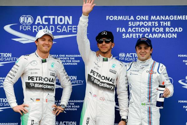 Hamilton al lado de Rosberg y Massa este sábado tras la clasificación. (Foto Prensa Libre:AP)
