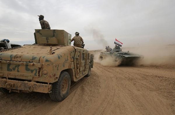 Tanques de las fuerzas iraquíes avanzan hacia Abu Shuwayhah, al sur de Mosul. (Foto Prensa Libre:AFP).